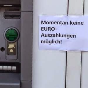 užrašas ant bankomato: šiuo metu mokėjimai €urais negalimi