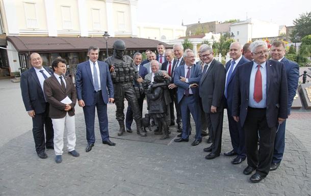 """Prancūzijos delegacija prie paminklo """"mandagiems žmonėms"""" Kryme."""