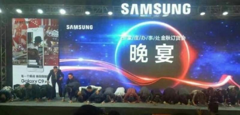 Samsung vadybininkai ant kelių