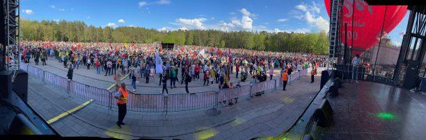 """""""Didžiojo Šeimos Gynimo Maršo 2021"""" mitingo scena ir susirinkę žmonės"""