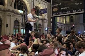 Budapeštas, policininkas bando kontroliuoti pabėgėlių srautą