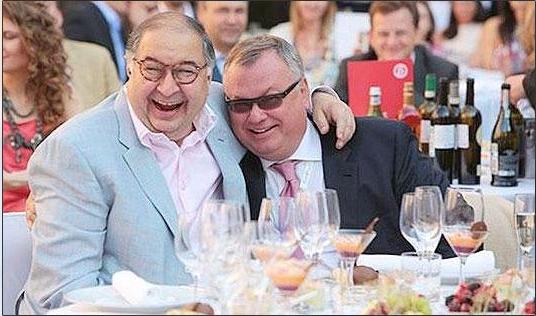 Andrejus Kostinas VTB banko prezidentas (su akiniais nuo saulės), be abejo geros nuotaikos, su Alisher Usmanov, Metalloinvest konglomerato savininku
