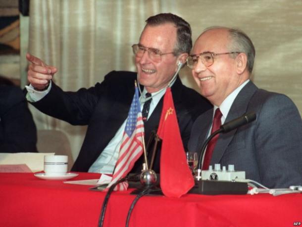 Dž. Bušas (vyresnysis) ir M. Gorbačiovas 1989 gruodis