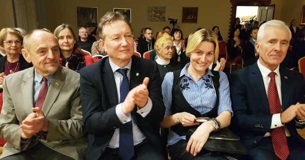 A. Kirkutis, A. Razbadauskas, D. Kepenis ir graži moteris