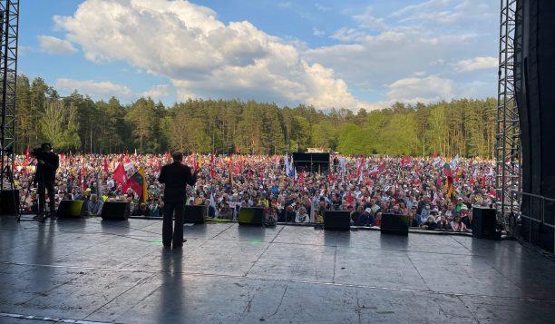 """Nuo """"Didžioji Šeimos Gynimo Maršo 2021"""" mitingo scenos"""