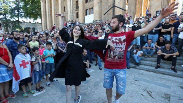 Pride parado priešininkų susirinkimas prie Gruzijos parlamento