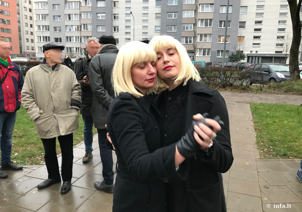 LGBT atstovų šokis mitingo metu