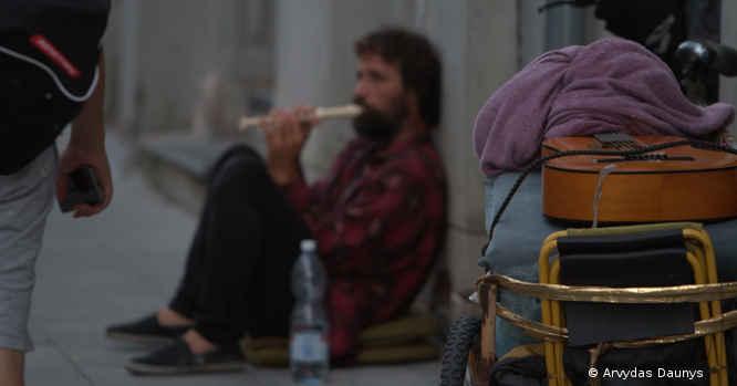 Vyras, išmalda, groja dūdele